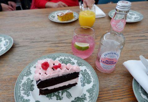 Gâteau au chocolat et crème à la rose et à la framboise accompagnée d'une limonade à la rose.
