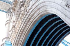 Les rayures contrastées noires et bleues rehaussent plutôt bien la façade en granite.