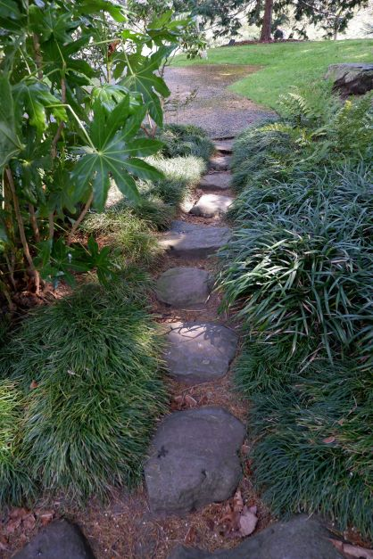 """Prendre le temps de poser ses pieds sur chaque pierre. Les """"pas japonais"""" incitent à la contemplation dans le jardin."""
