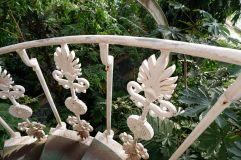 Fer forgé, peint en blanc avec motifs végétaux et qui rouille un peu... le cliché d'une serre un peu pittoresque.