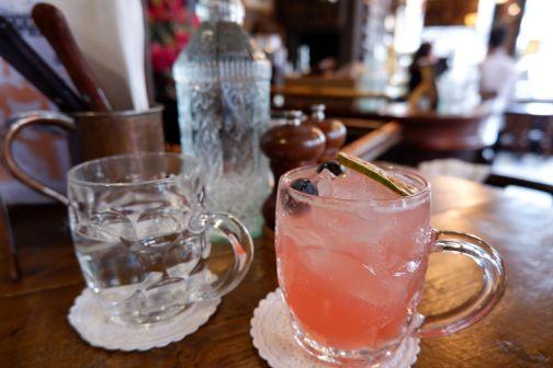 """""""Punch up in the Garden"""" : du gin, de la lavande, du jus de citron et de cranberry avec de la limonade à la rose..."""