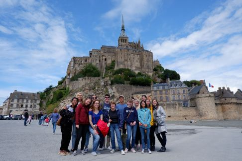 Photo de groupe devant le Mont Saint-Michel