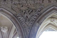 Un décor végétal que j'ai trouvé original par rapport à tous ceux que j'ai pu observer dans l'abbaye (j'en ai mis une photo à côté pour comparaison).