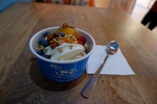 Yaourt glacé, fruits frais et cacahuètes