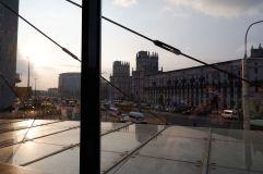 Derrière les baies vitrés, le brouhaha de la ville nous paraît loin.