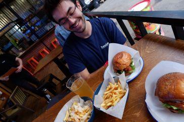 Burgers et frites au parmesan et huile de truffe.