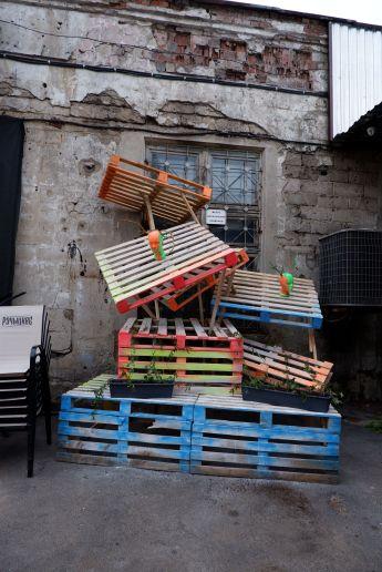 Du recyclage et du fluo, une signification obscure : une sculpture d'art contemporain.