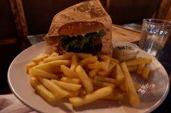 """Un burger vegan avec la fameuse """"viande"""" appelée """"Beyond Meat"""" qu'on a pu goûter pour la première fois. Cela fait vraiment illusion !"""