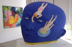 Un relief étrange avec une tête qui semble ronde, mais qui est en réalité toute plate.