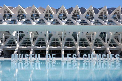 L'eau, utilisée comme un miroir, fait des choses très rigolotes avec l'architecture.
