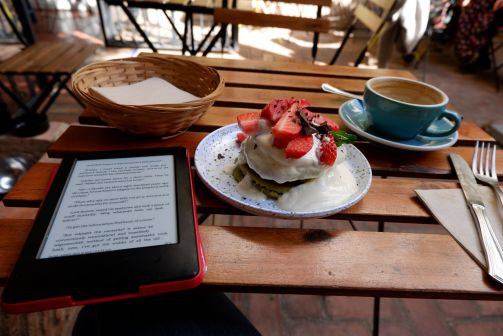 Pancakes à la farine de riz et au matcha en compagnie d'Asimov