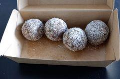 Nous avons développé une obsession pour ces boules de dates, pistaches et noix de coco qui sont à tomber.