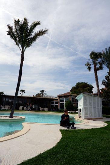 Pause au bord de la piscine avec avis de grand vent