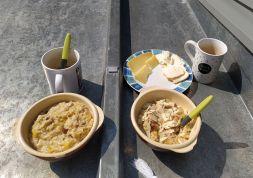 Petit-déjeuner au soleil : porridge aux pommes, bananes, raisins secs accompagné de ses petites tranches de fromage.