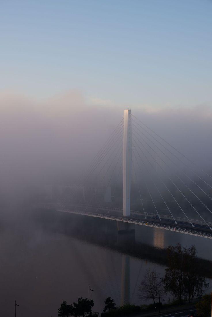 le pont Eric Tabarly dans le brouillard