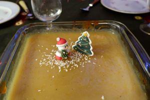 un gâteau au citron avec des décorations de noël
