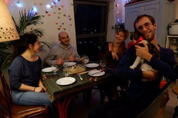 andréa, thomas, juji et ryan autour de la table du dîner