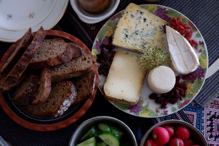 une assiette de fromages