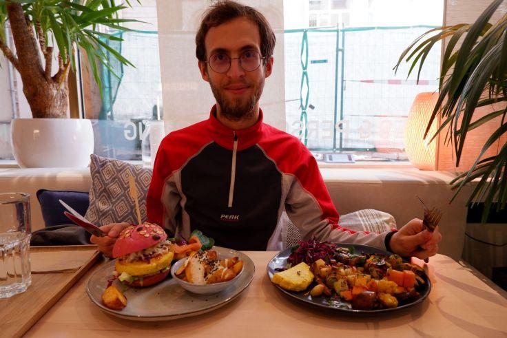Ryan pose avec deux plats