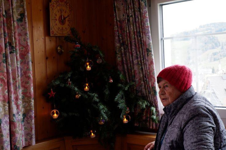 Sula pose devant son petit sapin de Noël