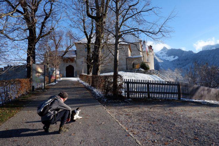 Ryan et un chat devant le château de Gruyère