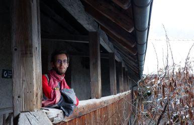 Ryan pose dans la cour du château