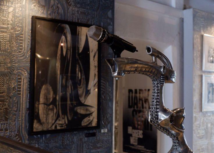 un pied de micro dans le musée H.R. Giger