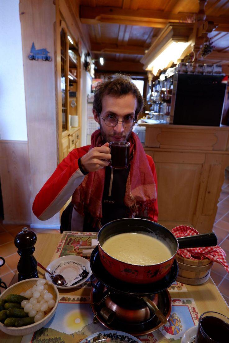 Ryan devant une fondue dans un restaurant