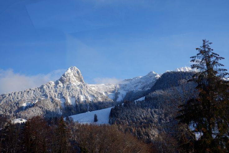 Une montagne à travers la vitre du train.