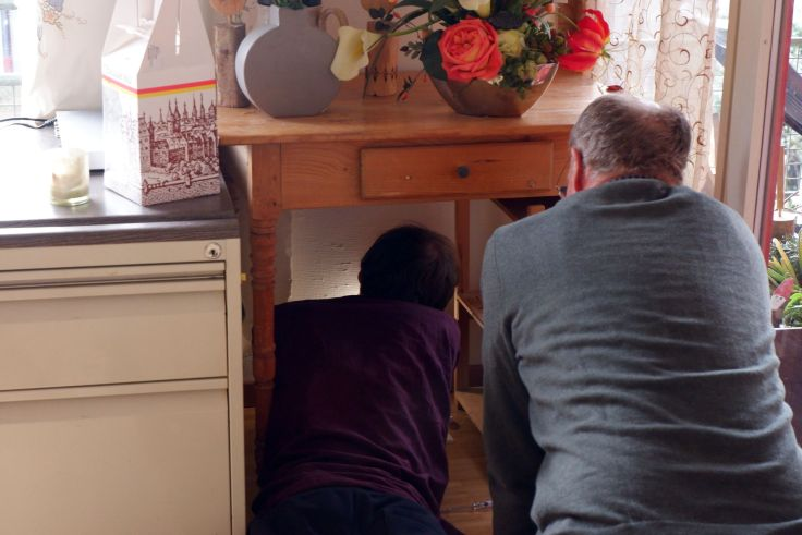 Ryan et Ruedi bricolent sous une table