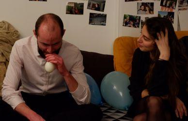 Sarah enseigne à Mathieu l'art de gonfler des ballons