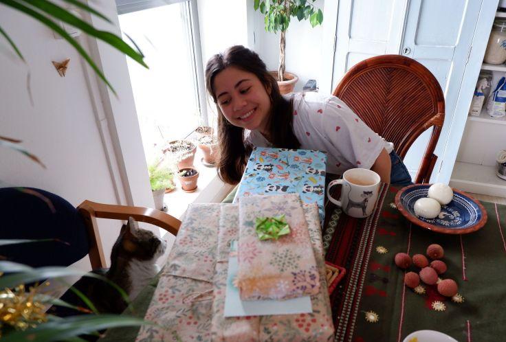 Andréa devant les cadeaux de Noël