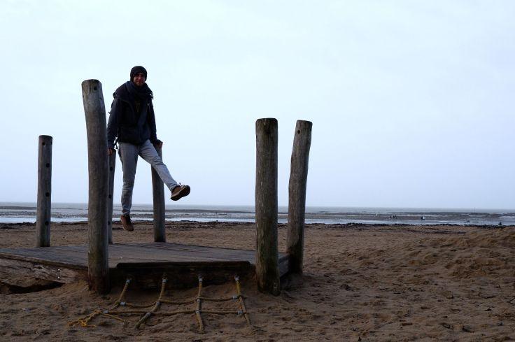 Ryan joue les acrobates sur la plage.