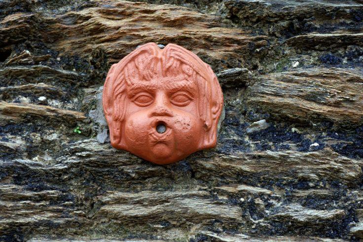 Etrange sculpture sur le mur