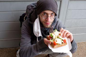 Ryan mange une gaufre salée