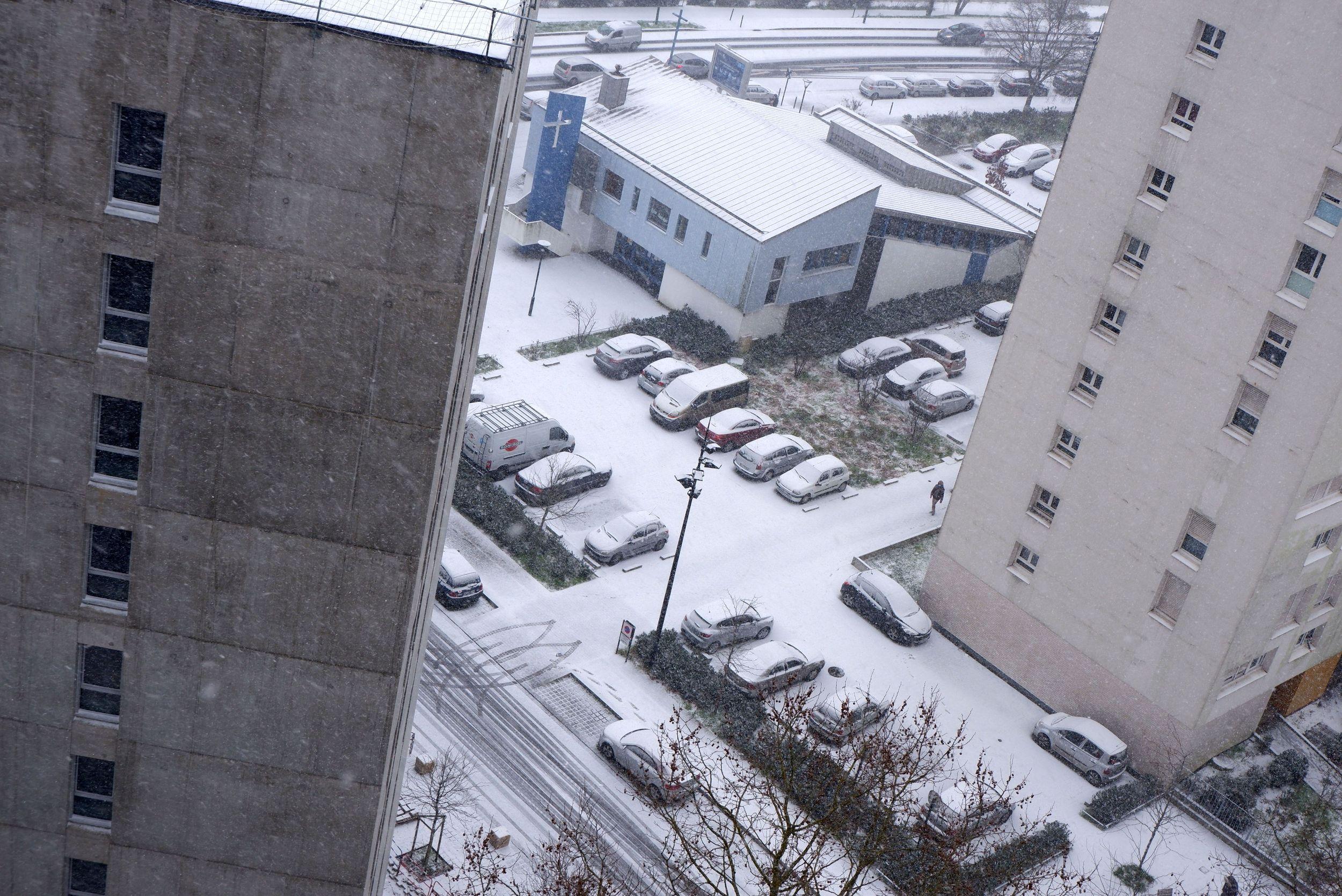 le bas de mon immeuble sous la neige