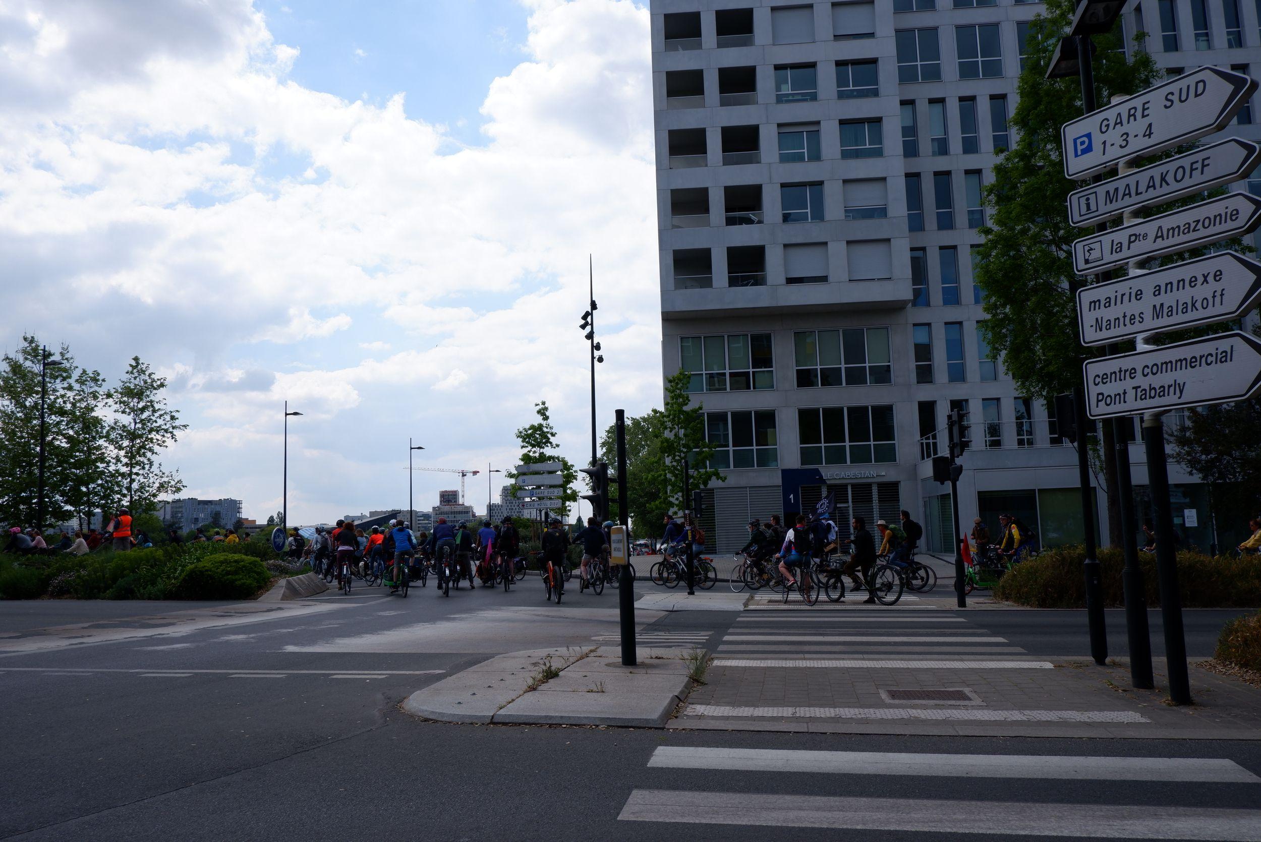 Une bande de vélos sur la place Rosa Parks à Nantes