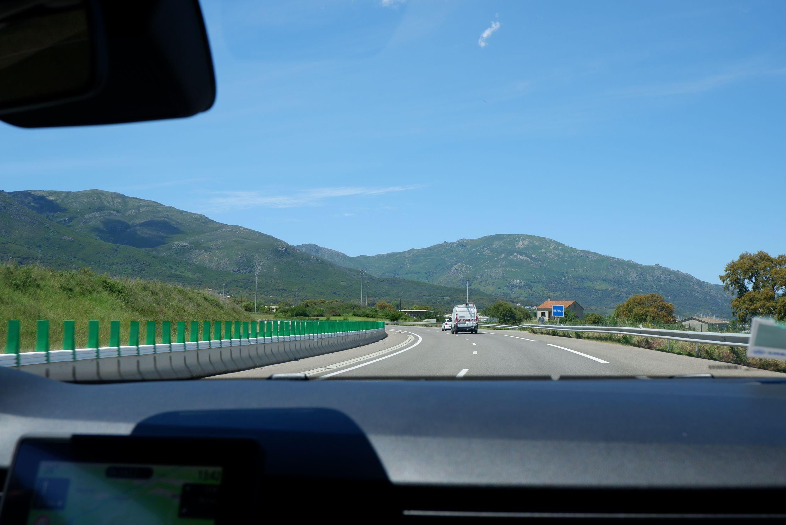les routes de bastia avec des montagnes à l'horizon