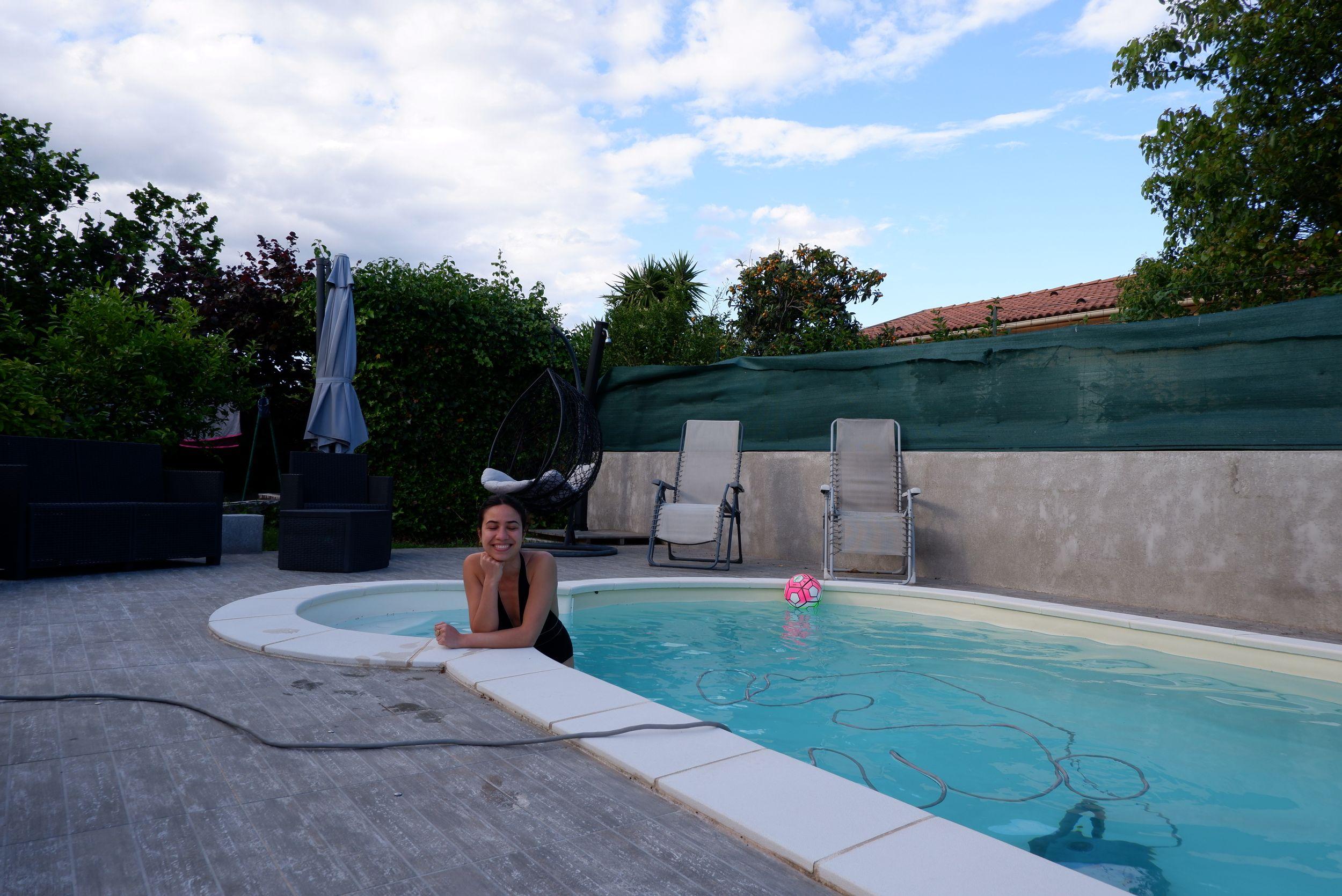 je suis dans la piscine