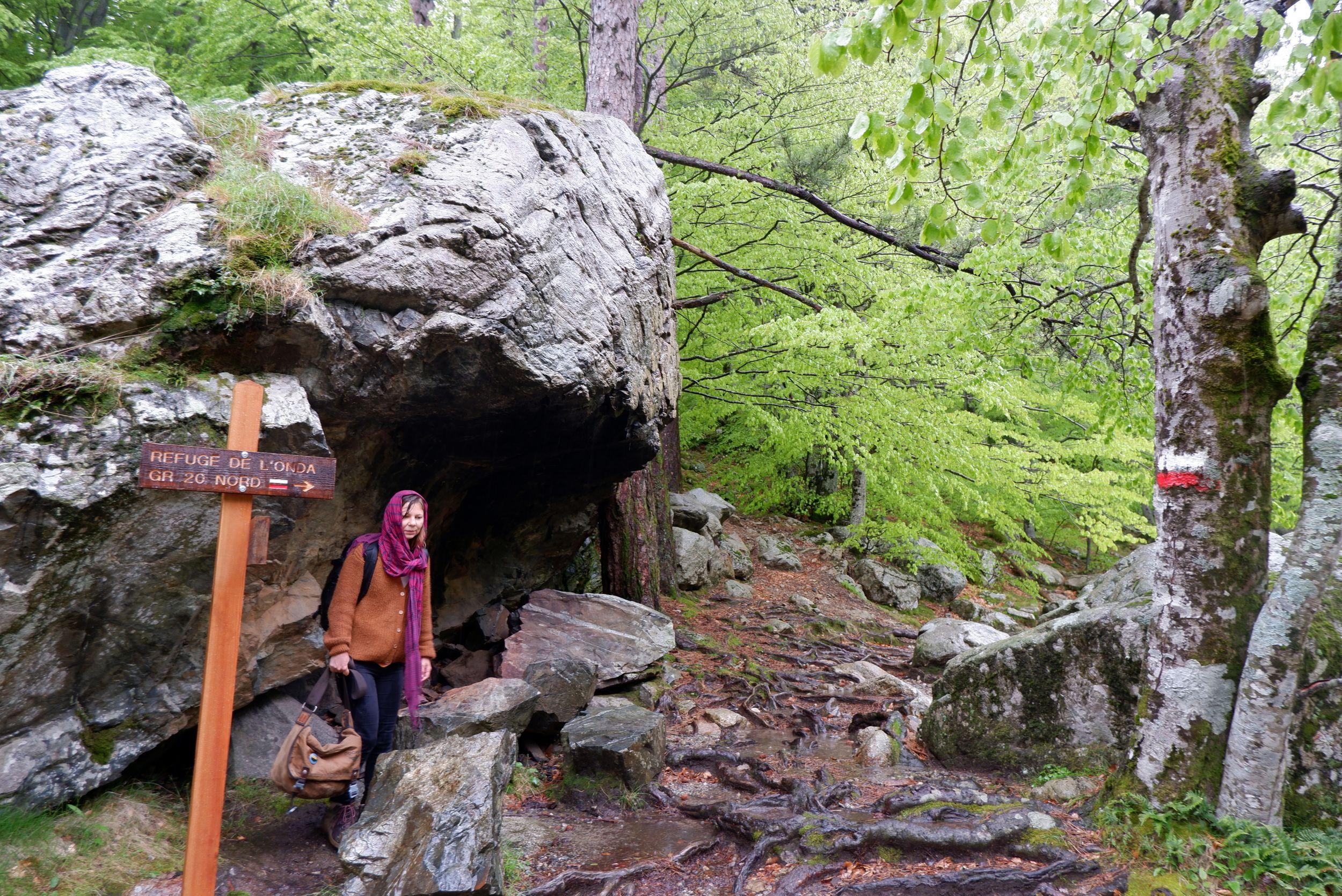 Justine à l'abri sous un rocher