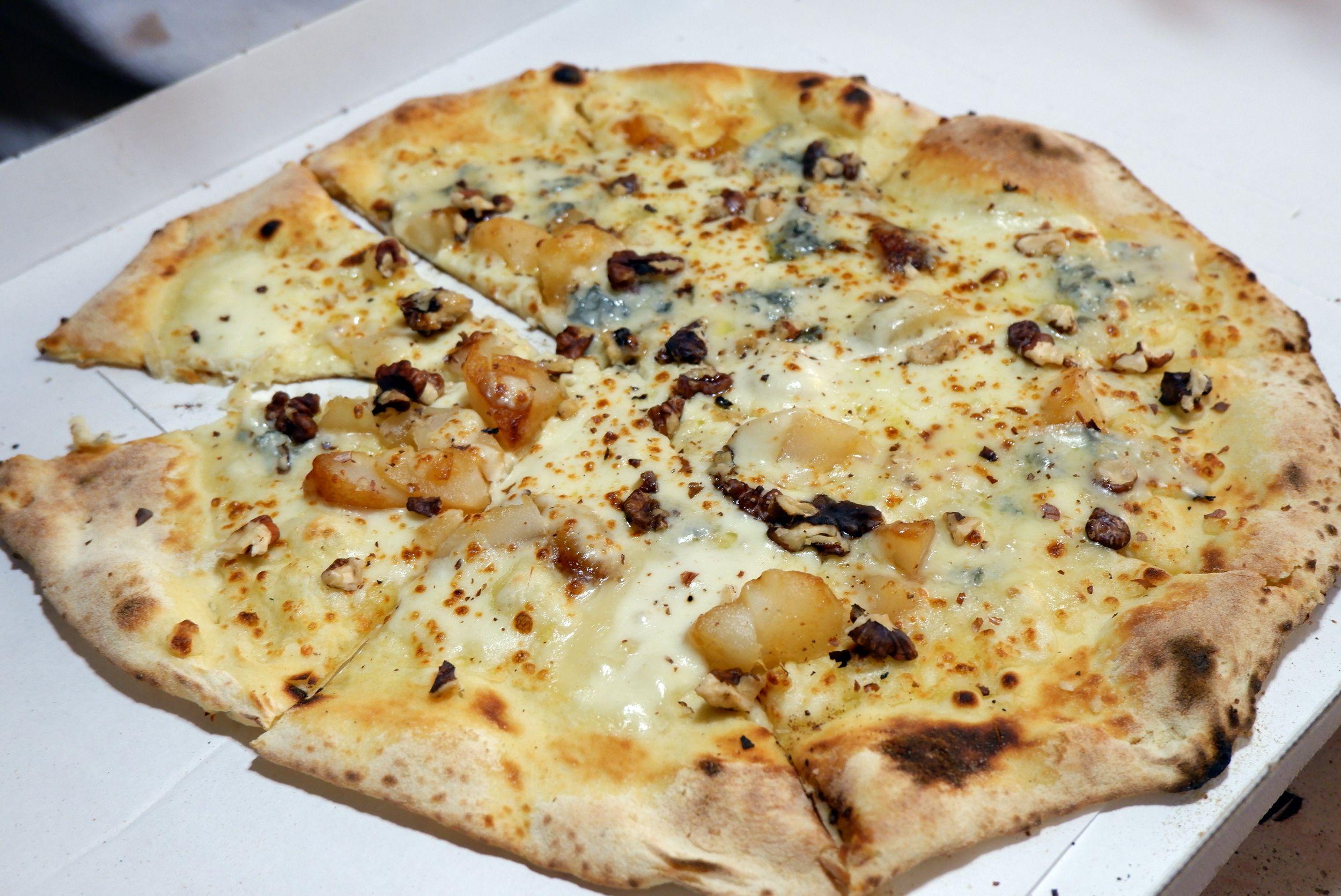 Un pizza au gorgonzola et à la poire
