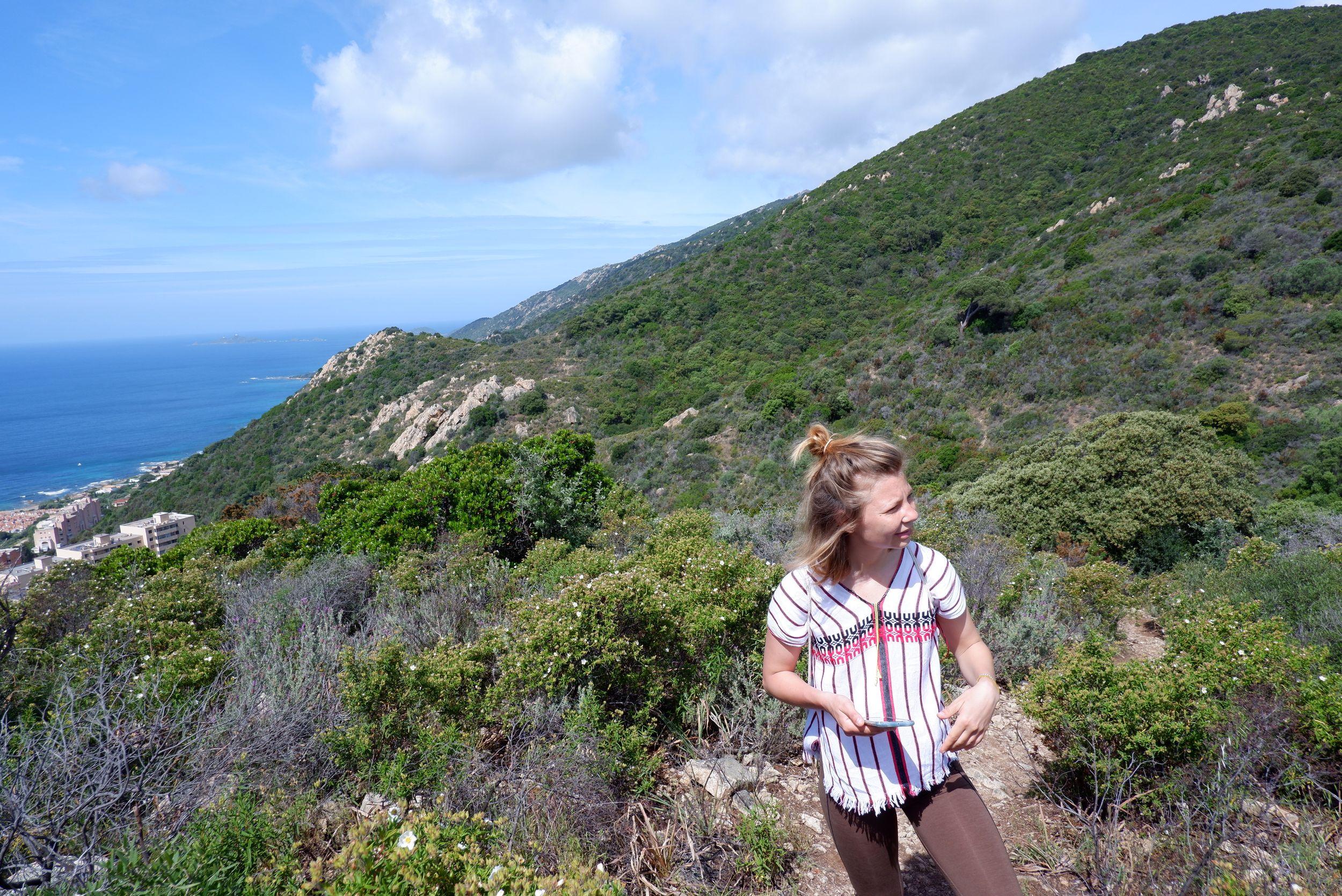 justine sur un sentier de randonnée