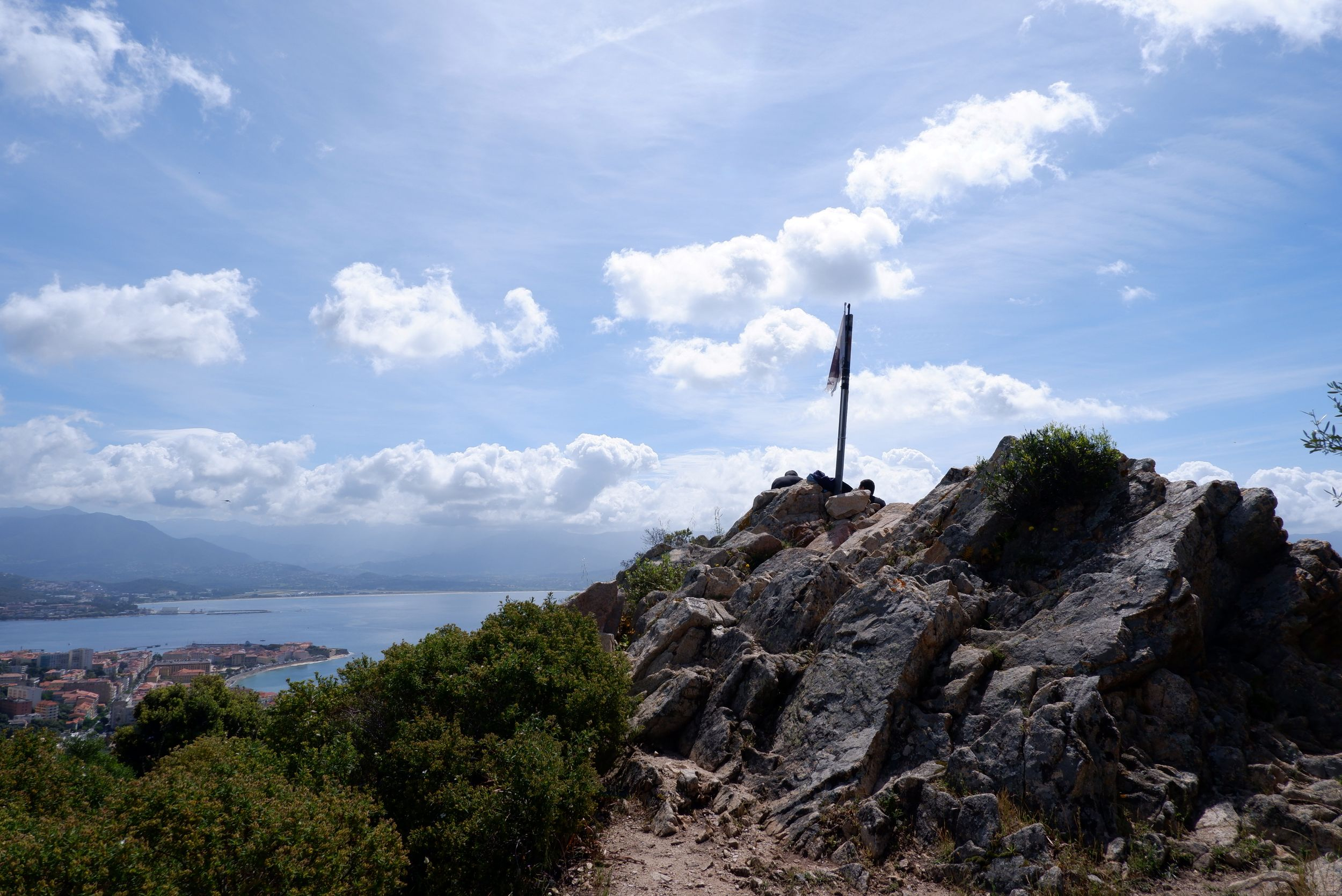 le sommet d'une montagne avec un drapeau corse