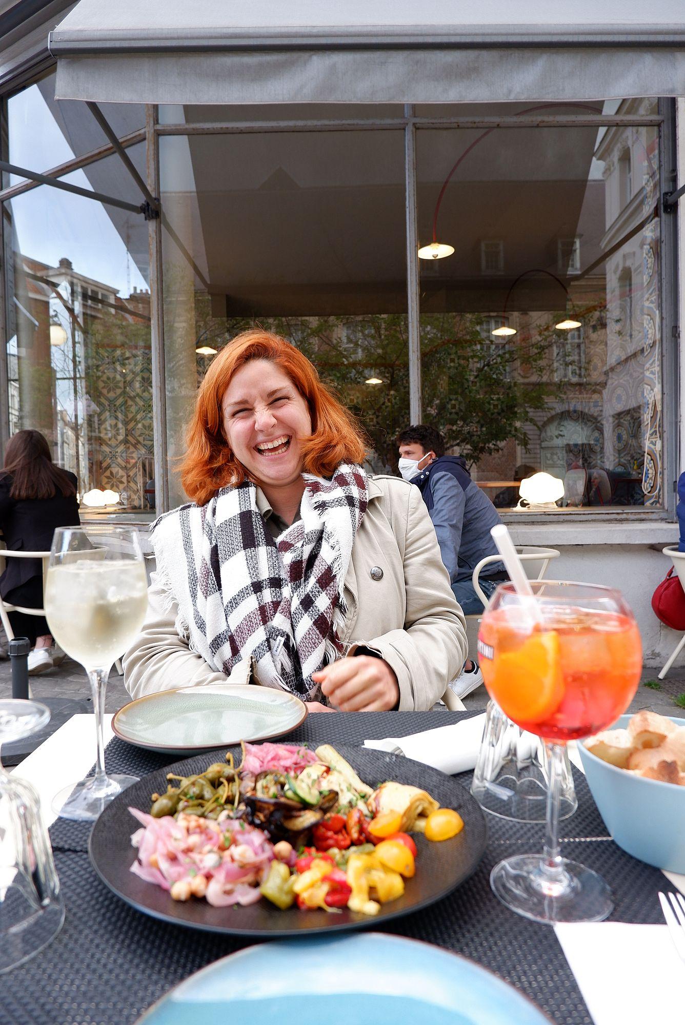 Margaux, rayonnante, sur une terrasse d'un restaurant à Valenciennes