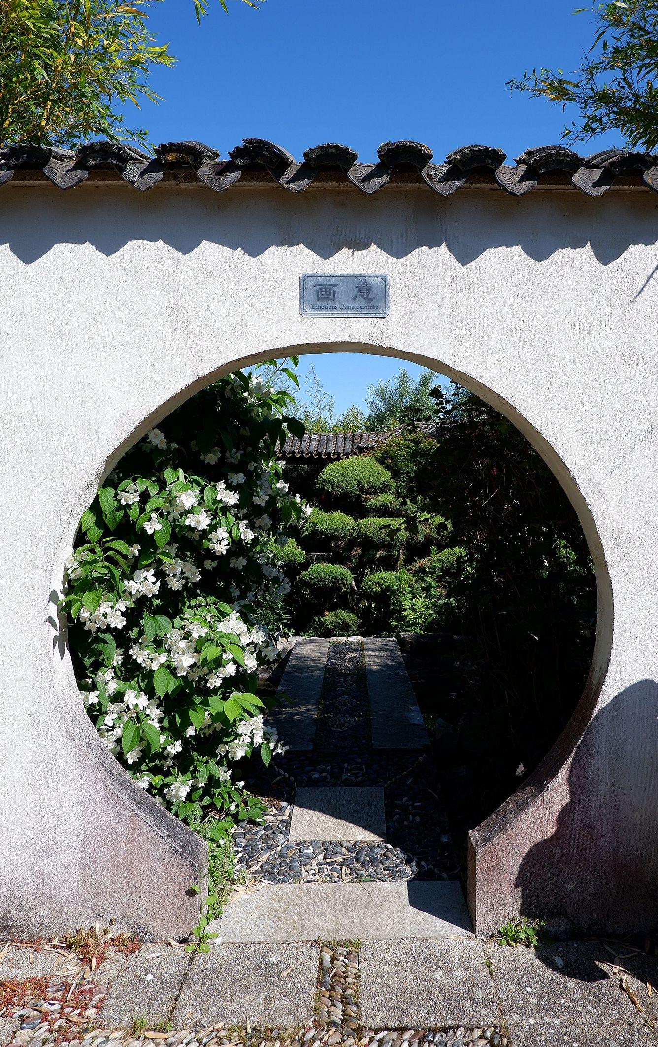 """Un portail circulaire avec au-dessus une inscription indiquant """"Emotions d'une peinture"""""""