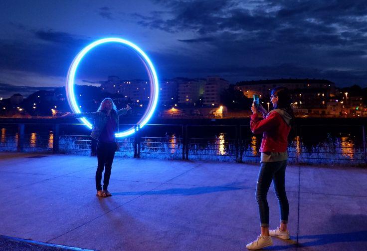 Alexandra et Céline devant un anneau lumineux bleu