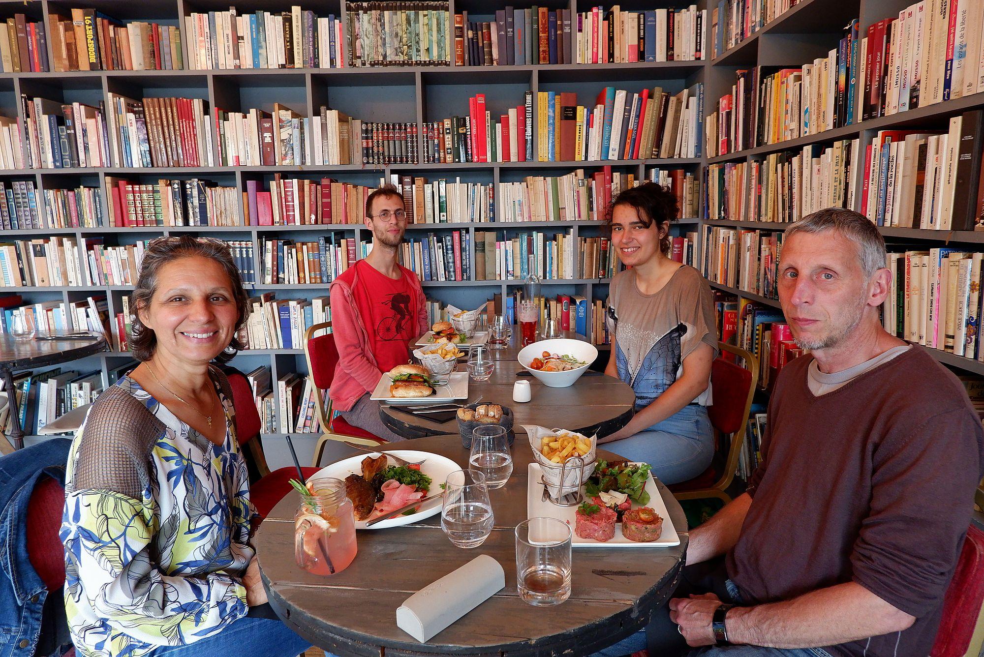 un restaurant dans une bibliothèque