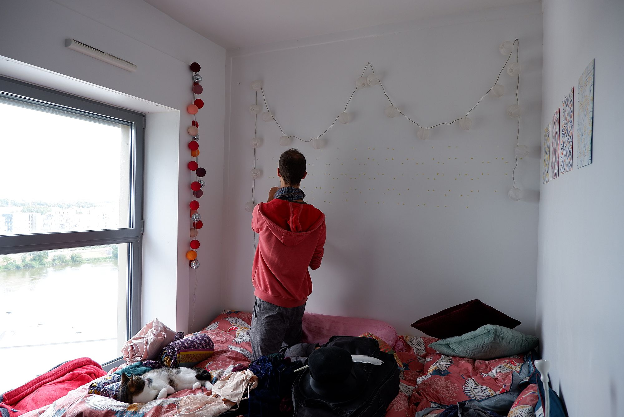 Ryan détache les photos du mur de mon ancienne chambre