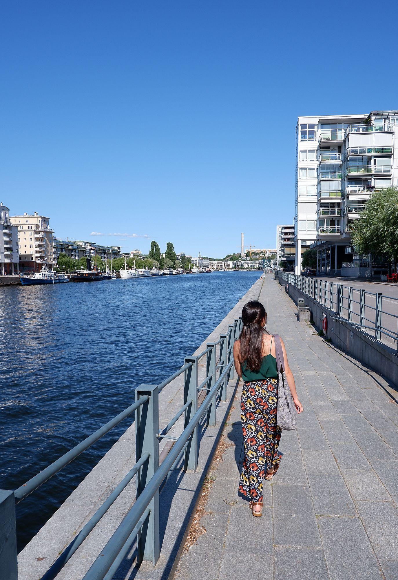 Marina sur un chemin bétonné au bord de l'eau
