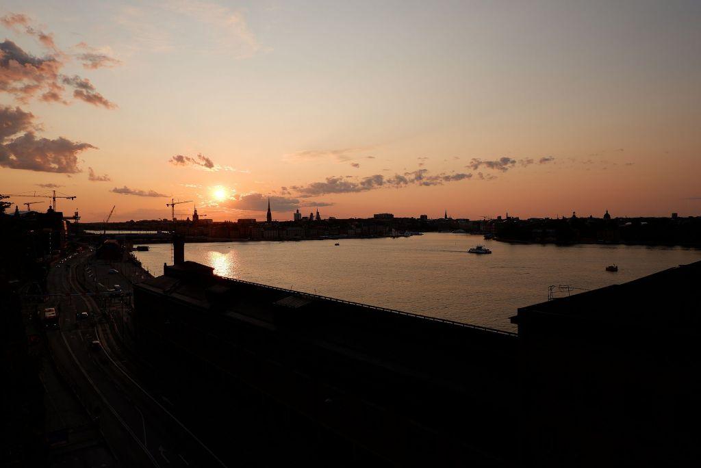 un coucher de soleil à Stockholm, orangé, au bord de l'eau